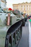 Rote Gartennelken in einer Gewehrpatrone auf einem schweren sowjetischen Behälter KV-1 an Lizenzfreie Stockbilder