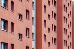 Rote Gebäudefenster Stockfotos