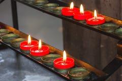 Rote Gebetskerzen des Lit stockbilder