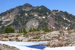 Rote Gebirgskleiner blauer Schnee-Pool-Künstler Point Washington State Stockfotografie