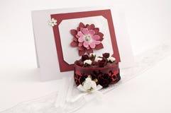 Rote geblühte Karte mit Rosen-Cup Kuchen Stockfotos