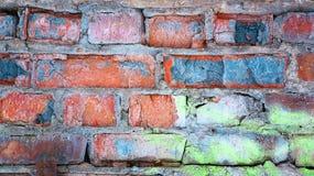 Rote gebrochene Backsteinmauer, alter Hintergrund des Schmutzes stockfotografie