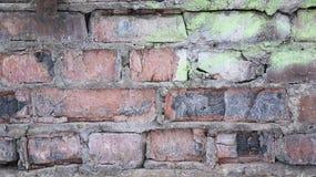 Rote gebrochene Backsteinmauer, alter Hintergrund des Schmutzes stockbild