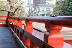 Rote Geländerdocken am japanischen Tempel Stockfoto