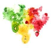 Rote, gelbe und grüne Früchte und Beeren mit saftigem Spritzen auf weißem Hintergrund Handgemalte Aquarellillustration Stockbilder