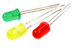 Rote, gelbe und grüne LED-Dioden der Nahaufnahme auf einem weißen Hintergrund Lizenzfreie Stockfotografie