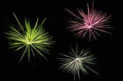 Rote, gelbe und weiße Feuerwerke Stockfotos