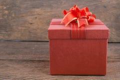 Rote Geschenkbox auf Holz für guten Rutsch ins Neue Jahr Stockbilder