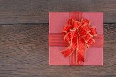Rote Geschenkbox auf Holz für guten Rutsch ins Neue Jahr Lizenzfreies Stockbild