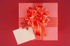 Rote Geschenkbox auf rotem backgroud für guten Rutsch ins Neue Jahr Lizenzfreie Stockbilder
