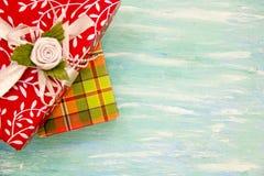 Rote Geschenkbox der Weihnachtskarte mit silbernem Band schäbige Tabelle des Parteieinladungsunternehmensereignisdekorationstürki lizenzfreie stockfotos