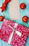 Rote Geschenkbox der Weihnachtskarte mit silbernem Band schäbige Tabelle des Parteieinladungsunternehmensereignisdekorationstürki stockbild