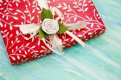 Rote Geschenkbox der Weihnachtskarte mit silbernem Band schäbige Tabelle des Parteieinladungsunternehmensereignisdekorationstürki stockbilder