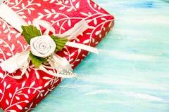 Rote Geschenkbox der Weihnachtskarte mit silbernem Band schäbige Tabelle des Parteieinladungsunternehmensereignisdekorationstürki lizenzfreies stockfoto