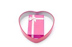 Rote Geschenkbox mit Bandbogen im Herzkasten lokalisiert lizenzfreie stockfotografie
