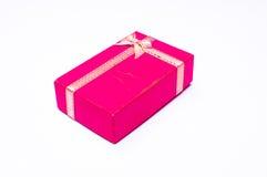 Rote Geschenkbox mit dem Bandbogen lokalisiert lizenzfreie stockfotos