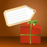 Rote Geschenkbox mit grünem Band und Tag für Stockfoto