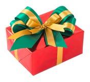 Rote Geschenkbox mit Grün und Goldfliege Stockfotos