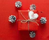 Rote Geschenkbox mit Kegel auf einem roten Hintergrund Weihnachten-backgro Stockbilder