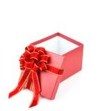 Rote Geschenkbox mit Rot- und glodband Lizenzfreie Stockfotos