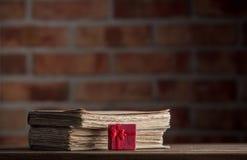 Rote Geschenkbox und alte Bücher Lizenzfreies Stockfoto