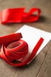 Rote Geschenkbox und Karte Stockbild