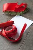Rote Geschenkbox und Karte Lizenzfreie Stockfotos
