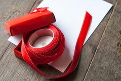 Rote Geschenkbox und Karte Lizenzfreie Stockbilder