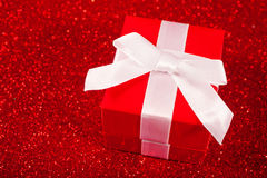 Rote Geschenkboxen auf Funkelnrothintergrund Lizenzfreies Stockfoto