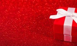 Rote Geschenkboxen auf Funkelnrothintergrund Lizenzfreies Stockbild