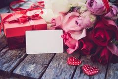 Rote Geschenkboxen, rote Herzen und Rosen werden auf ein hölzernes floo gesetzt Stockfotografie