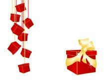 Rote Geschenkkästen, die an den Ketten hängen Lizenzfreie Stockfotografie