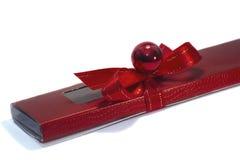 Rote Geschenkverpackung auf einem weißen Hintergrund Stockbilder