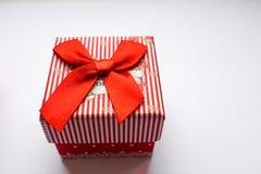 Rote, gestreifte, kleine Geschenkbox auf Weißbuch stockfoto
