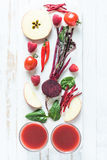 Rote gesunde Smoothiebestandteile Stockfotos