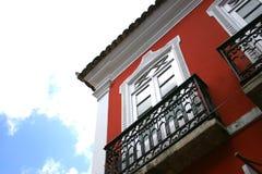 Rote geummauerte Wohnungen stockbild