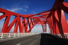 Rote gewölbte Stahlbrücke lizenzfreie stockfotografie