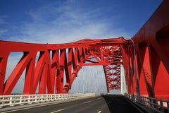 Rote gewölbte Stahlbrücke stockbild