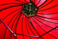 Rote gewundene Decke, rotes Zelt, rote Spirale stockbild
