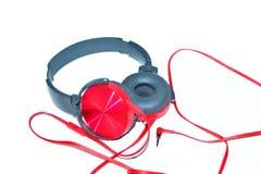 Rote glänzende verdrahtete Kopfhörer lokalisiert Stockfotografie