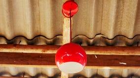 Rote Glühlampe auf der Decke stockbild