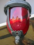 Rote Glaslaterne mit Verschlussreflexion stockfoto