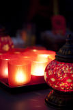 Rote Glasleuchter und arabischer Leuchter. lizenzfreies stockfoto