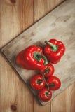 Rote Glockenpapiere und -tomaten Stockfotografie