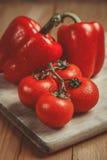 Rote Glockenpapiere und -tomaten Lizenzfreies Stockfoto