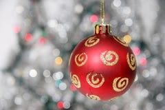 Rote goldene Weihnachtskugel gegen silbrigen Hintergrund Lizenzfreie Stockfotos