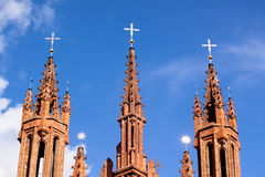 Rote gotische Kirche Stockfotos