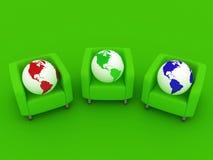 Rote grün-blaue Kugeln und Sofa Lizenzfreie Stockfotografie