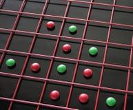 Rote, grüne Süßigkeiten in einem Rasterfeld lizenzfreie stockfotos