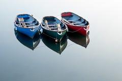 Rote, grüne und blaue Rudersport-Boote Stockbilder
